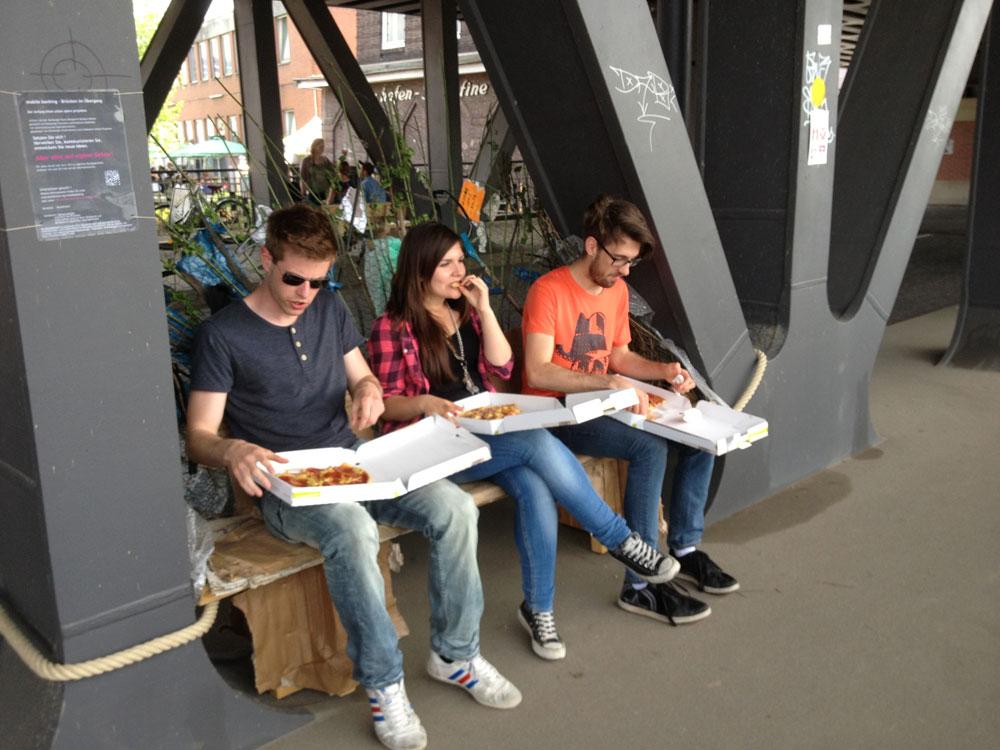 Pizza auf dem Brückennest von Barbara Nestler