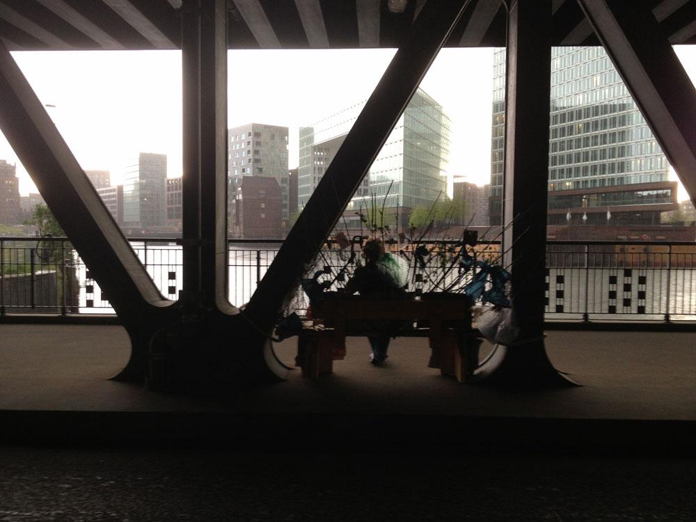 Schatten auf der Brücke