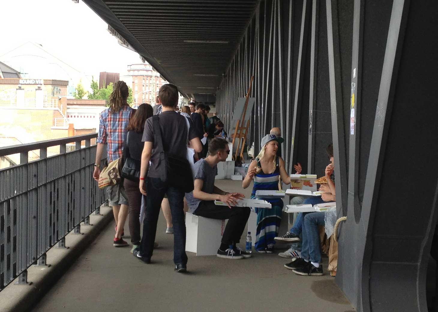 Picknick auf der Oberhafenbrücke während des Projektes mobile banking