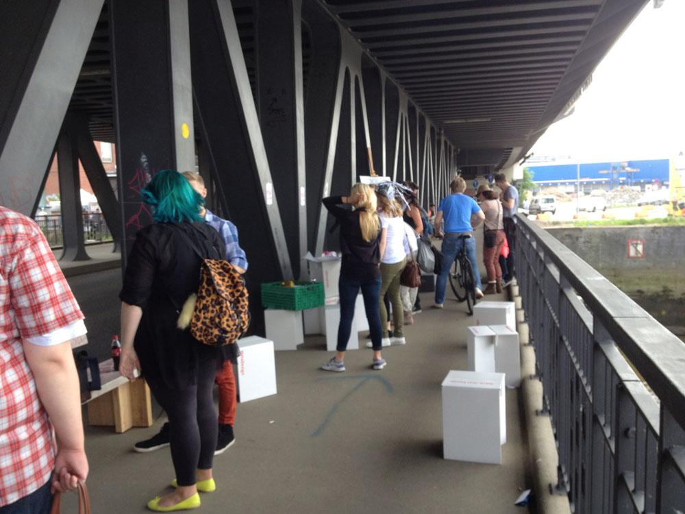 Nachwuchsdesigner beim mobile banking auf der Oberhafenbrücke