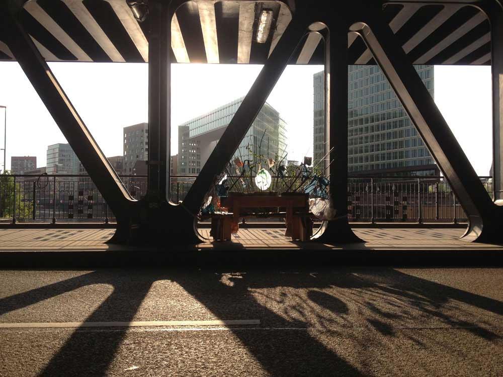 Spiegelbild mit Gegenlicht und dem Brückennest