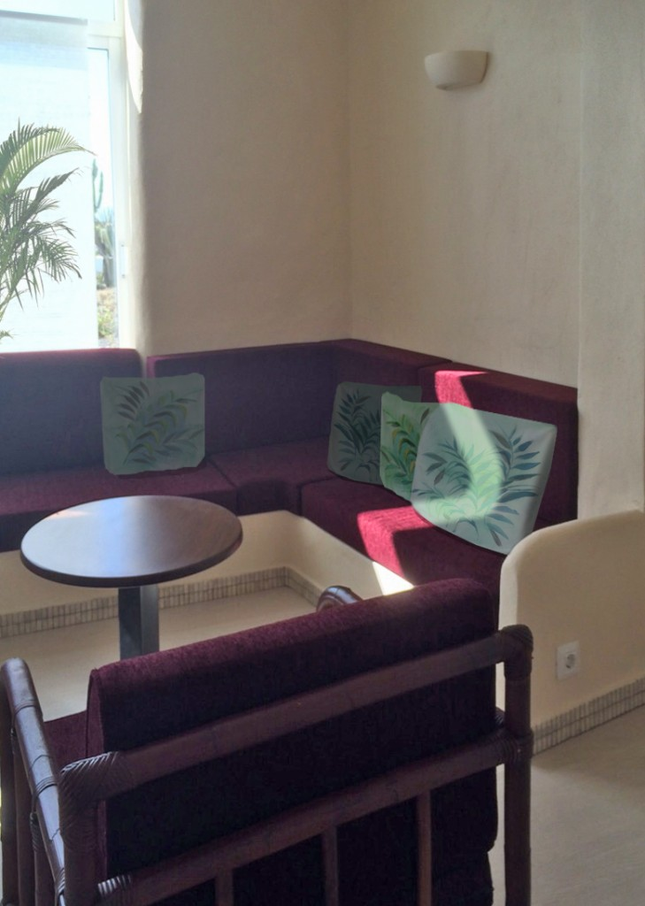 Sitzbank Detail, die Zierkissen sind handbemalt und beziehen sich in ihrem Design auf die ursprünglichen Tapeten